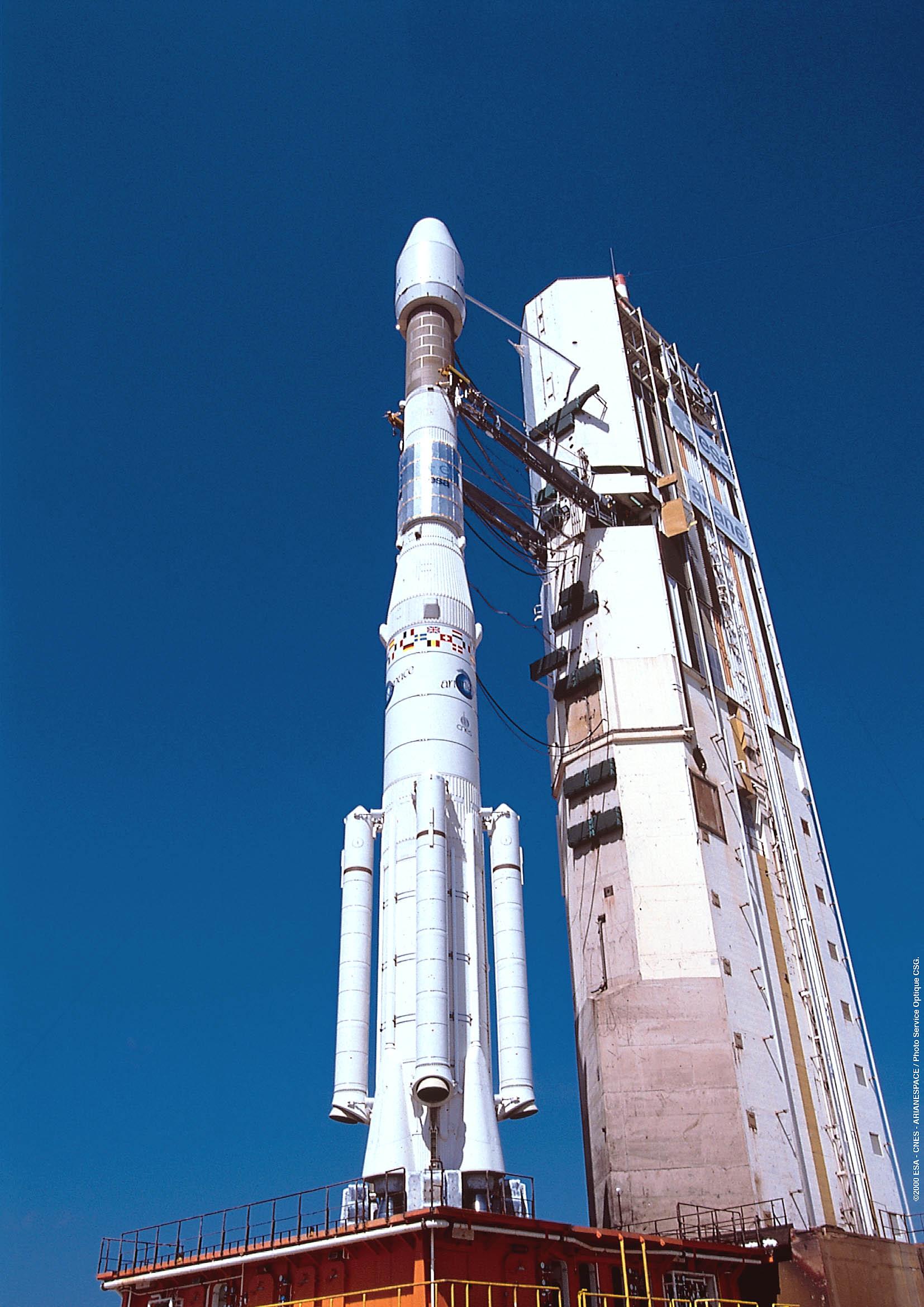[SpaceX] Actualités et développements du vaisseau Dragon - Page 9 Ariane-44P_on_launch_pad%5B1%5D